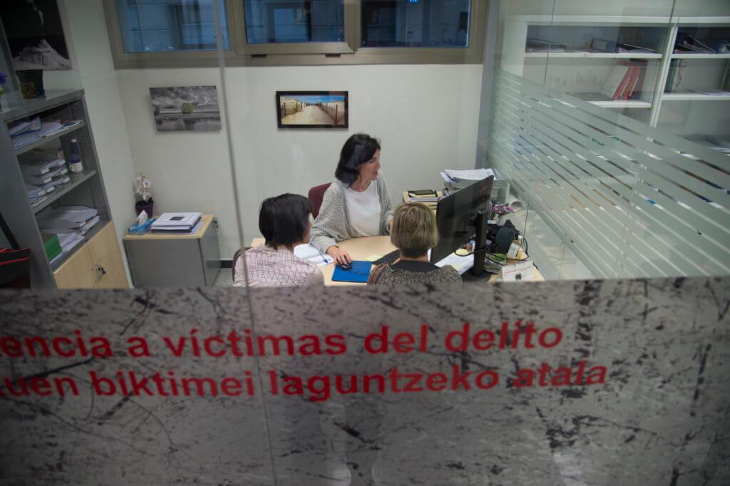 Izaskun Gartzaron atiende en esta oficina a víctimas de delitos. Foto Iñaki Porto