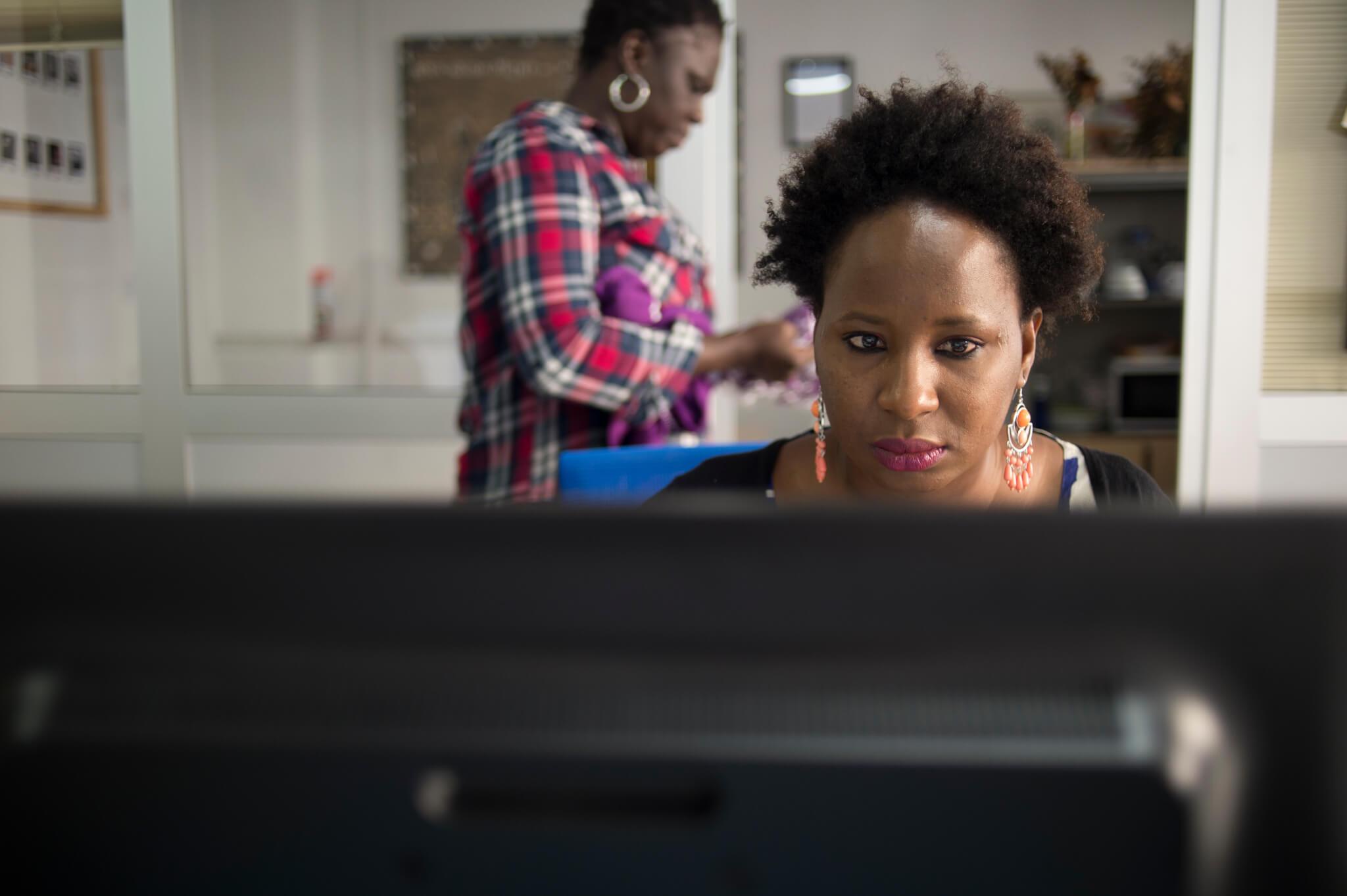 Abby y Djamila trabajan en formación de mujeres africanas en Médicos del Mundo. Foto Iñaki Porto